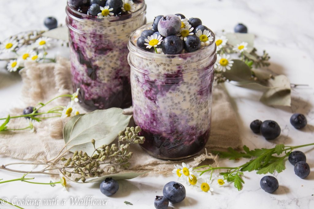 Blueberry Swirled Overnight Oats | Cooking with a Wallflower